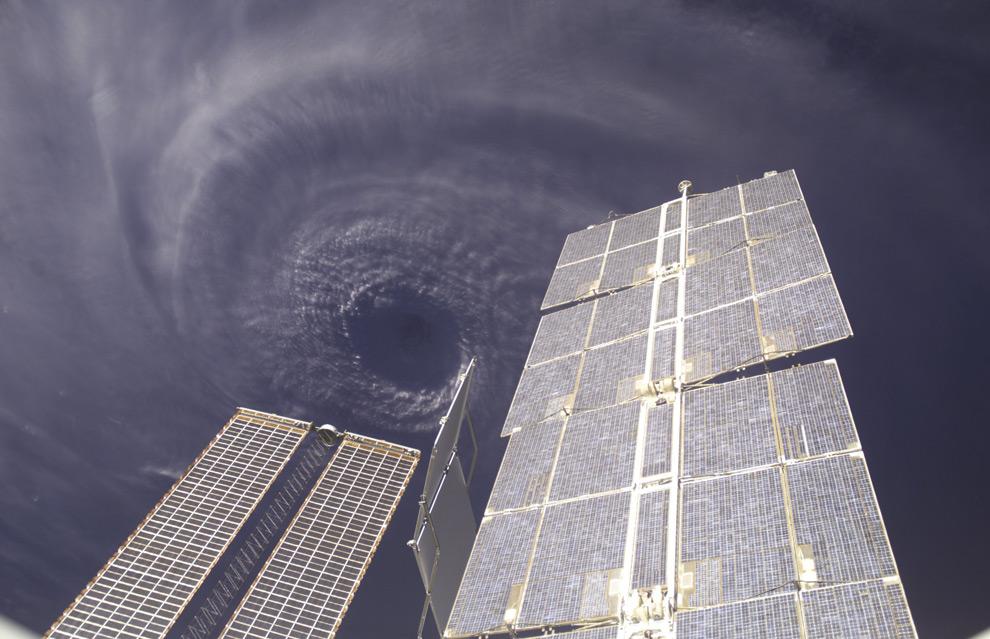 priroda  Как выглядят ураганы из космоса